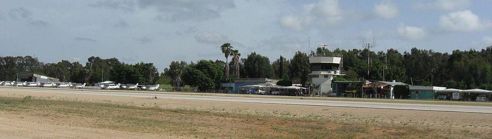 קטע ממסלול הטיסה ומגדל הפיקוח