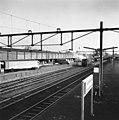 HUA-166758-Gezicht op het N.S.-station Leeuwarden te Leeuwarden, met op de achtergrond de loods van Van Gend & Loos.jpg