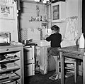 Het zoontje van de conciërge wast zijn handen in de keuken, Bestanddeelnr 252-9322.jpg