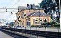 Hokksund jernbanestasjon gulmalt.jpg