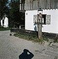 Houten beeld bij een chaletwoning, vermoedelijk in Miltenberg, Bestanddeelnr 255-9998.jpg