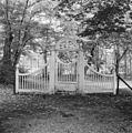 Houten hek in park - Velsen - 20240582 - RCE.jpg