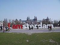 Campanha publicitária I amsterdam em frente ao Rijksmuseum.