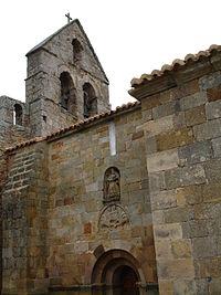 Detalle de la fachada sur de la iglesia románica de Santa María en Retortillo.
