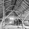 Interieur schuur, overzicht houten kapconstructie met gebinten - Alphen - 20328615 - RCE.jpg