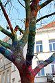 Ixelles, place henri conscience, albero con lavoro a maglia a ragnatela colorato, 07.jpg