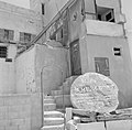 Jaffa. Gebouw met een metalen poortje en trappen met daarvoor een grote steen me, Bestanddeelnr 255-2956.jpg