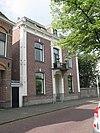 foto van Herenhuis met gepleisterde middenpartij met kroonlijst, door siervazen bekroond balkon op consoles en dakkapel met gebogen fronton