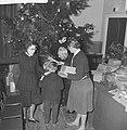 Kerstfeest van het Leger des Heils in Bellevue Kinderen krijgen geschenken, Bestanddeelnr 913-3368.jpg