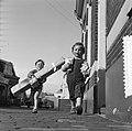 Kinderen met geschenken voor Moederdag, Bestanddeelnr 907-7552.jpg