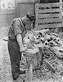 Klompenmakerij Gebr Van der Velde in Best, man werkt een klomp bij met een mes, Bestanddeelnr 252-0765.jpg