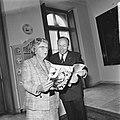 Koningin Julia ontvangt eerste exemplaar Koningin Juliana 1925-1965 uit handen, Bestanddeelnr 926-6797.jpg