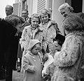 Koninklijk gezin op Soestdijk met hondje buiten, Bestanddeelnr 904-2775.jpg