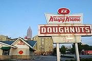1 Krispy Kreme的商店在亚特兰大与热炸面圈上签字。佐治亚州亚特兰大。