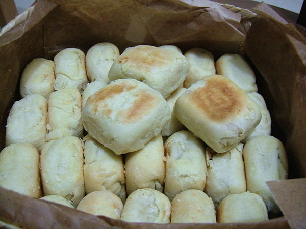 bakpia jogja s sweet rolls Bakpia yang cukup dikenal salah satunya berasal dari daerah pathok (pathuk), yogyakarta mengingat masyarakat jogja cukup banyak yang beragama islam, pada perkembangannya, isi bakpia yang semula daging babi pun diubah menjadi kacang hijau.