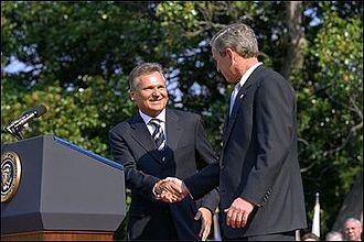 Aleksander Kwaśniewski - President Kwaśniewski greets President of the USA George W. Bush.