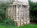 L'Isle-Adam (95), vestige lapidaire dans le jardin de l'église.jpg