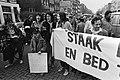 Landelijke vrouwenstakingsdag, op Noordermarkt zongen vrouwen (sommige met potte, Bestanddeelnr 931-4047.jpg