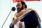 Fotografía en color de Luciano Pavarotti tocando en vivo en 2003