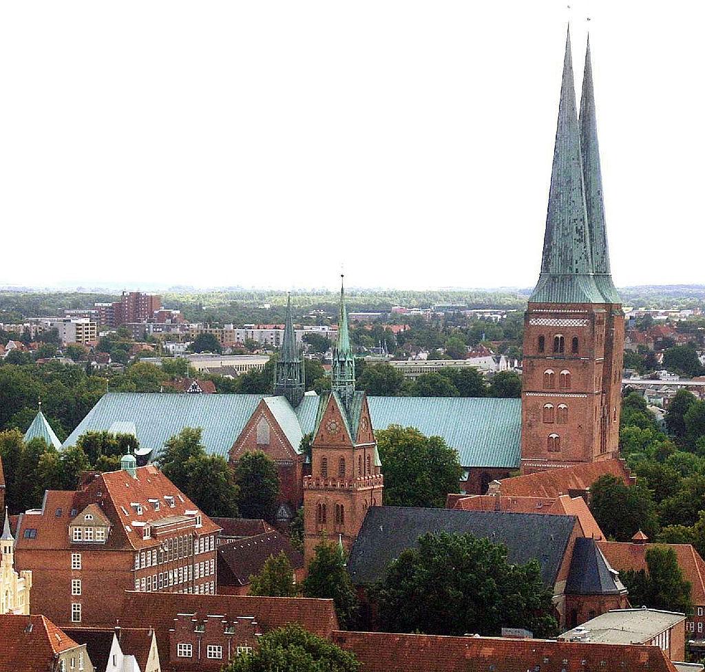 Luebeck Dom und HerzJesu in der Altstadt Lübeck (UNESCO-Weltkulturerbe)