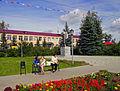 Lukoyanov. Monument to Lenin in front of Town Primary School.jpg