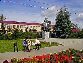 Lukoyanov. Monument to Lenin in front of Town Primary School.jpg