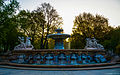 München, Lenbachplatz, der Wittelsbacher Brunnen im Licht des neuen Morgens (11344158083).jpg