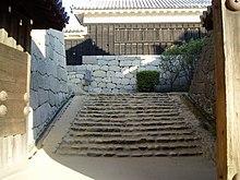 松山城本壇の虎口(一ノ門からの二ノ門南櫓。両側に一ノ門や三ノ門の南櫓が置かれ、左手奥に二ノ門がある。)