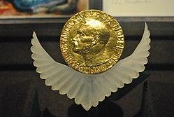 Une médaille en or avec le portrait de profil d'A.Nobel