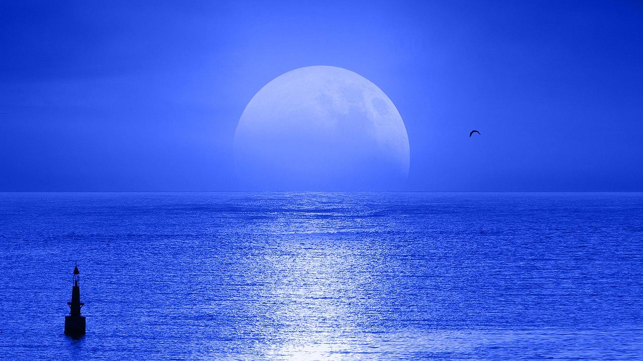 Salida de la Luna, en el mar Mediterráneo.