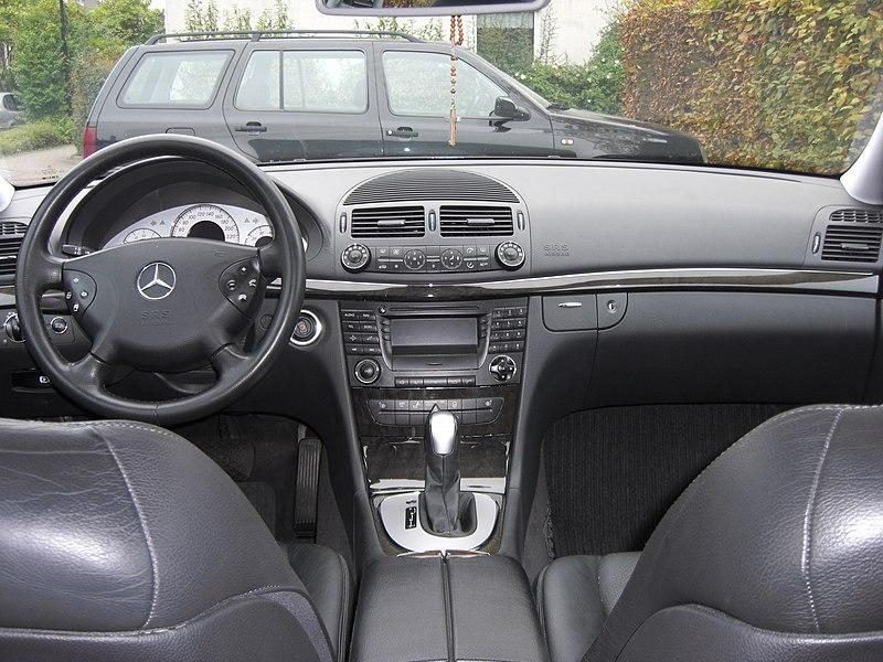 Mercedes E 240 Avantgarde W211 (2002-2009; hier 2003) Cockpit MJ.JPG