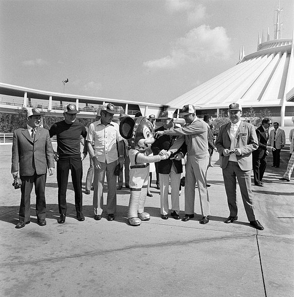 File:Mickey Mouse greets the crewmen (19591601208).jpg