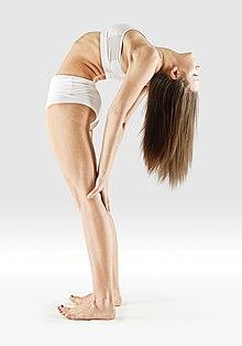 220px Mr yoga standing cobra 1 yoga asanas Liste des exercices et position à pratiquer
