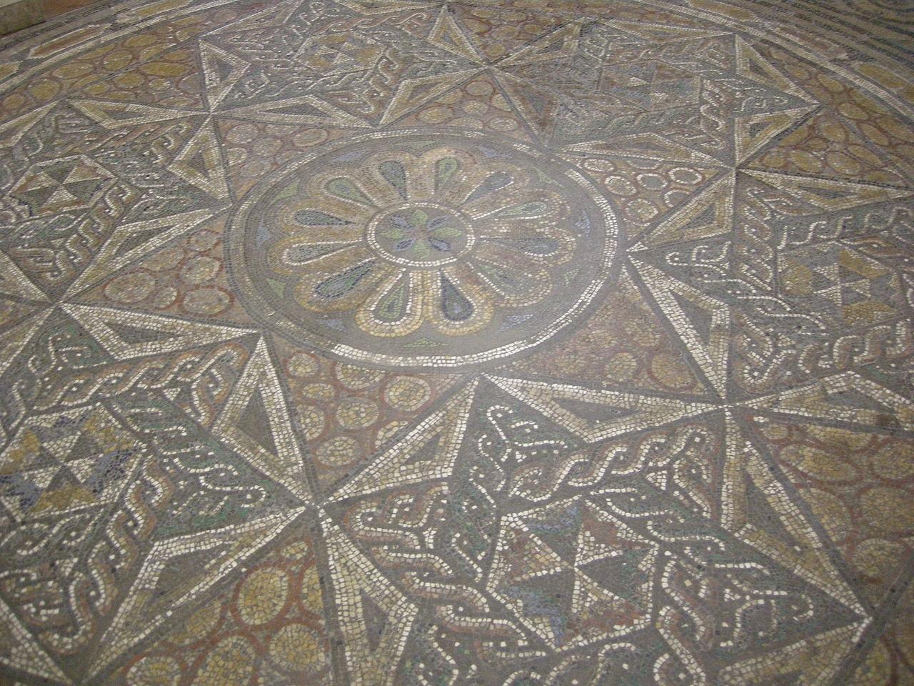 File museo guarnacci mosaico romano 02 jpg wikimedia for Mosaico romano