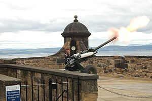 One O'Clock Gun avfyras från Mill's Mount-batteriet.