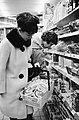 Opdracht Hamburgs Abendblatt Hamsterende vrouwen in levensmiddelenzaak, Bestanddeelnr 915-7120.jpg