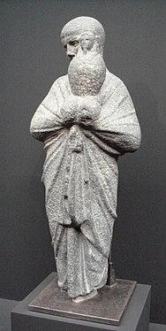 statue d'un prêtre transportant un vase Osiris-Canope