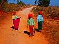 Pa-Oh women on the road (Myanmar 2013) (11773346226).jpg