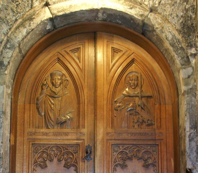 Datei:Paisley Abbey 20120410 door with St Mirin and St Columba.jpg