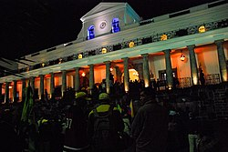 Los simpatizantes de Rafael Correa esperan su arribo al Palacio de