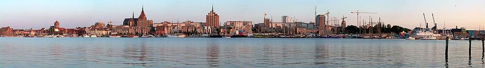 Панорама Ростока с берега реки Варнов в течение Ганзейской регаты