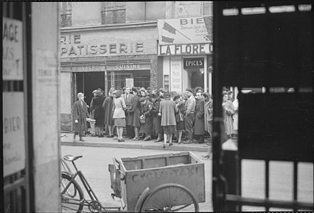 line outside a paris bakery in spring 1945 the liberation did not end the food shortages imperial war museums u k