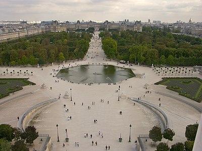 Paris Tuilerie un bassin et le Louvre.jpg