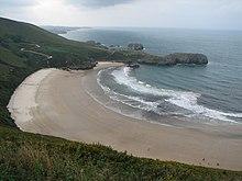 Tipico esempio di costa asturiana, ampie spiagge tra scogliere impervie, qui la Torimbia e la Ballota nei pressi di Llanes