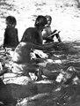 Pojke leker med majsbössa . Bildarkiv, 4660. Neg. nr, 1285. Gran Chaco, Rio Pilcomayo. Bolivia - SMVK - 004660.tif