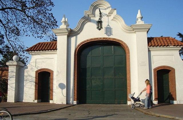 https://upload.wikimedia.org/wikipedia/commons/thumb/d/d9/Provincia_de_Buenos_Aires_-_Olivos_-_Quinta_de_Olivos.jpg/640px-Provincia_de_Buenos_Aires_-_Olivos_-_Quinta_de_Olivos.jpg