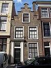 foto van Pand met trapgevel, deuromlijsting met pilasters