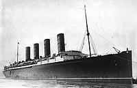 RMS Lusitania beim Einlaufen in den Hafen, möglicherweise in New York, 1907-13-crop.jpg