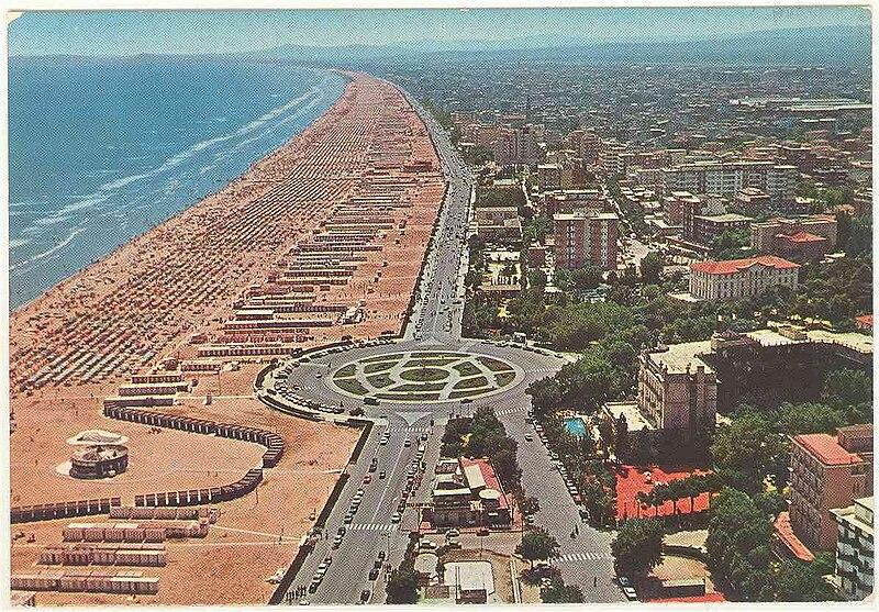800px-RN-Rimini-1965-panorama-dall'aereo
