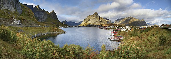 Reine at Reinefjorden, 2010 September.jpg